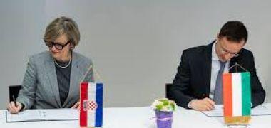 Szijjártó Péter külgazdasági és külügyminiszter és Snježana Prilić Samaržija , a Rijekai Egyetem rektora aláírja a magyar nyelvtanításról szóló megállapodást 2020 tavaszán